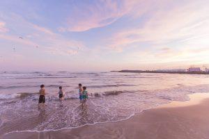 浜辺で遊ぶ子ども