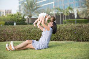 公園にいるお母さんと赤ちゃん