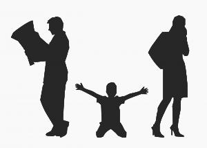 別れる両親と子どものシルエット
