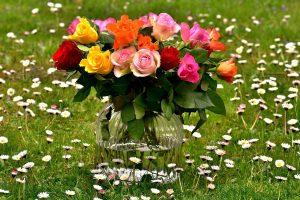 花瓶に入ったバラの花束