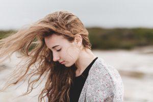 悲しそうな長い髪の女性
