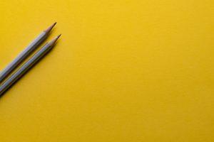黄色い背景に鉛筆