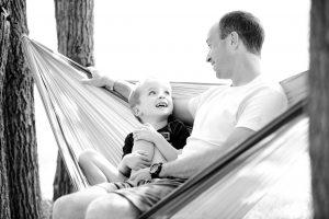 ハンモックの上の父と息子