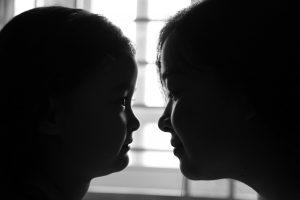 向かい合う母と娘
