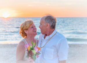 海で笑う老夫婦