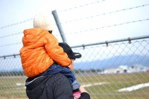 フェンスと肩車をした親子