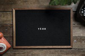 YEAHと書かれた黒板
