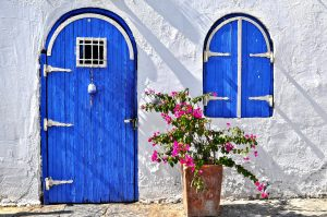 石壁と青のドア