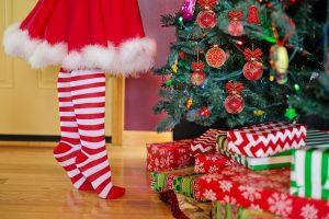 クリスマスツリーと女の子の足元