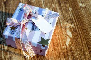 包装されたプレゼントと木の机