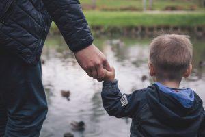 手をつなぐ父と子