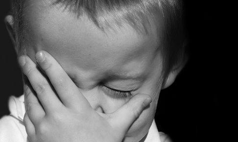 悲しむ子ども白黒